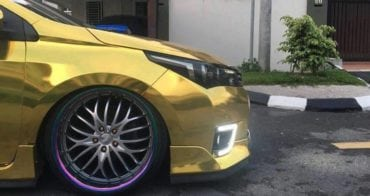Lowered and negative chamber angel wheel of the gold Toyota Altis
